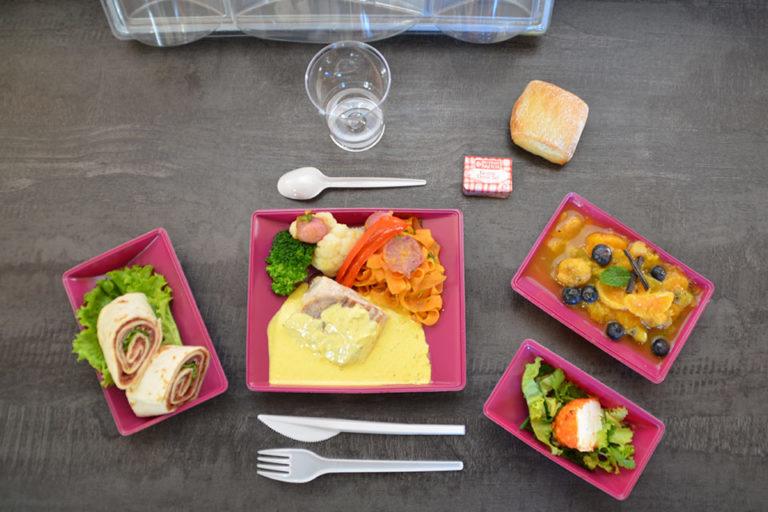 Menu : coffret repas avec l'entrée, le plat, le dessert et le pain