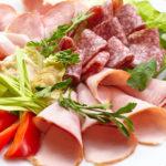 personnalisez votre buffet. Assiette de diverses charcuteries et crudités, jambon saucisson, rosette, tomates et salade