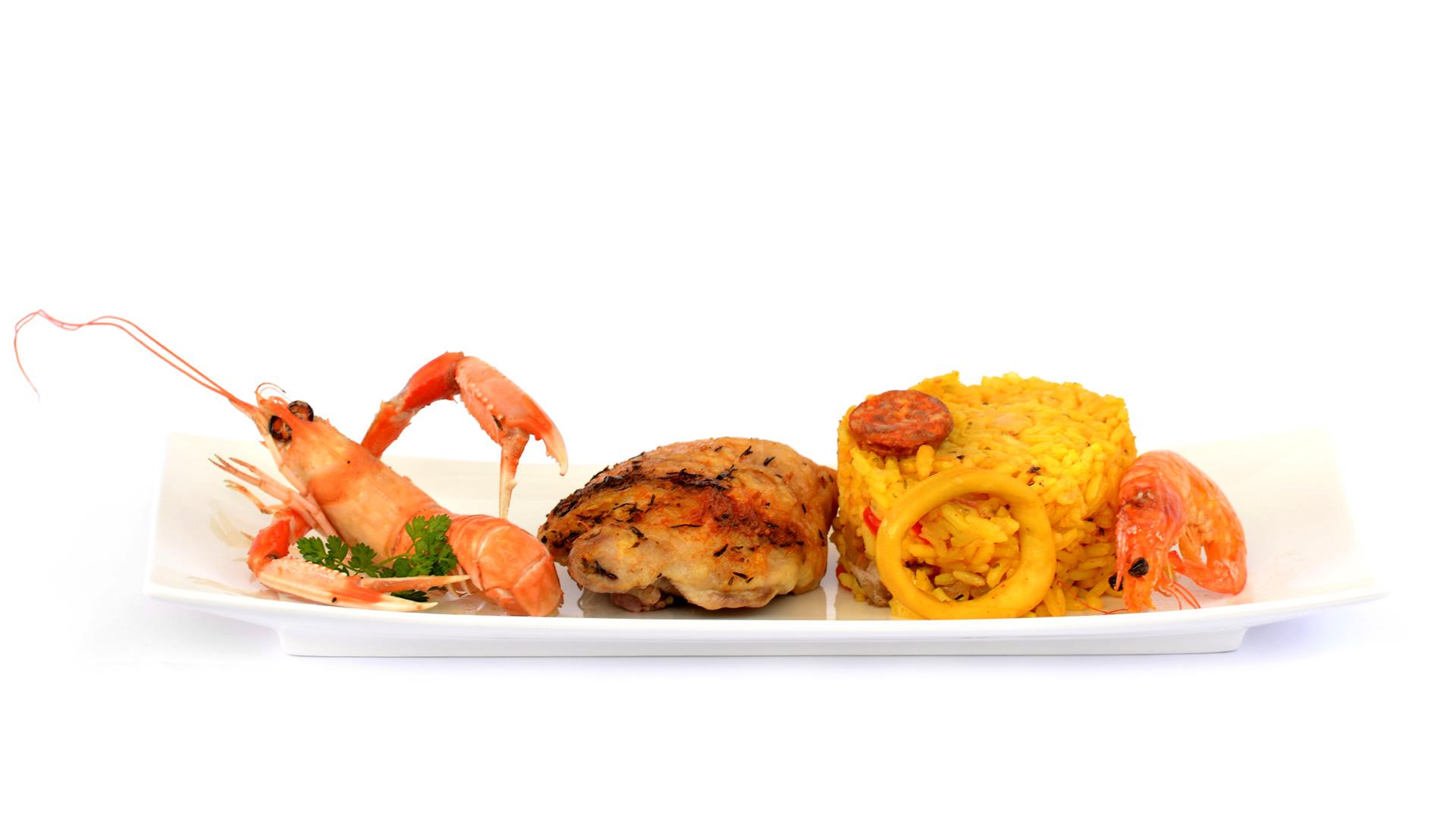 Dégustez une paella royale à base de calamar, crevettes, langoustine, poulet et chorizo