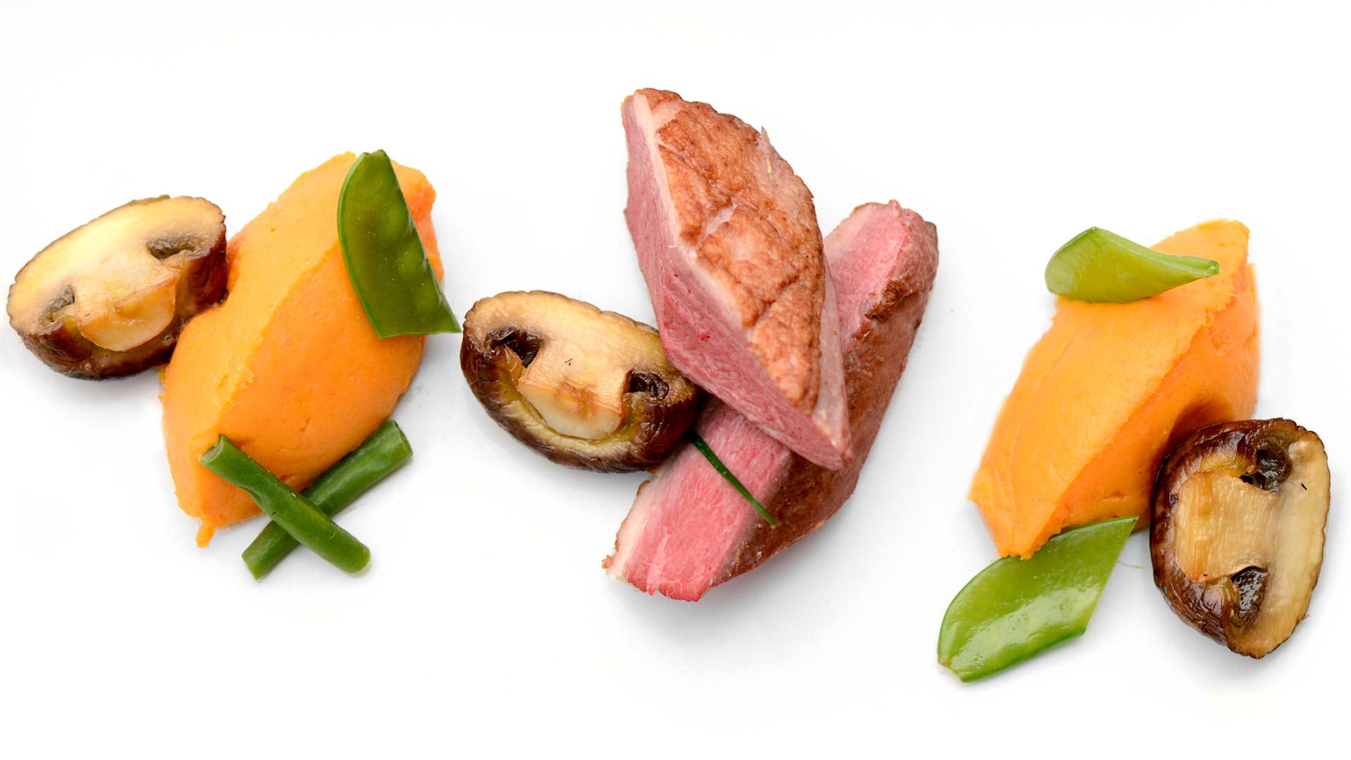 savourez un filet de cannette cuite à basse température accompagné de légumes de saison et sa purée de patate douce