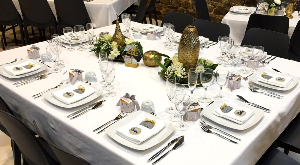 présentation d'une mise en place de couverts pour un mariage réalisé par la maison désiré frisque où la décoration est adaptée à la thématique choisie par les mariés
