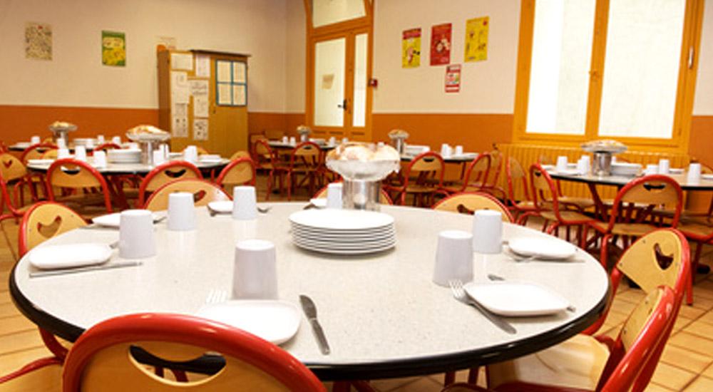 mise en place d'une table en milieu scolaire pour un repas