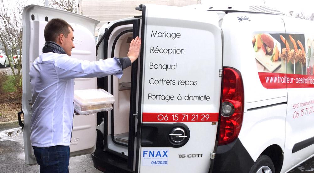 antoine desire frisque charge ses commandes pour les livrer avec le camion réfrigéré