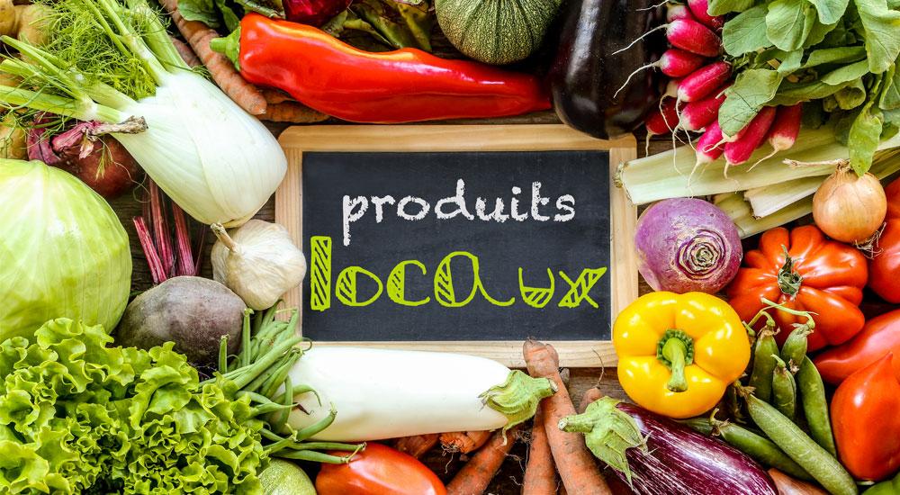les légumes et fruits sont produits par les producteurs locaux. De multiples saveurs avec les tomates, endives, poivrons, radis, salades, choux, carottes